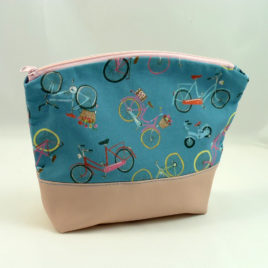Kosmetiktasche, Größe L, Rosa und Fahrräder auf Blau